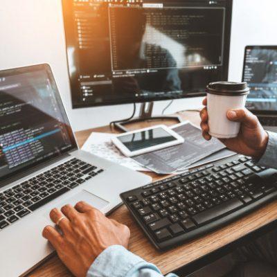 desarrollador-programador-desarrollo-diseno-sitios-web-tecnologias-codificacion-que-trabajan-oficina-compania-software_18497-1234